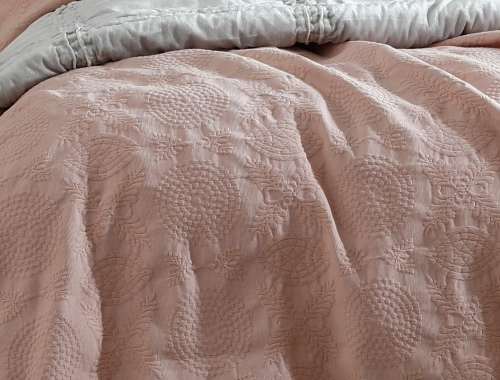 Aviana 100% Cotton Matelasse Rose Queen Bedcover