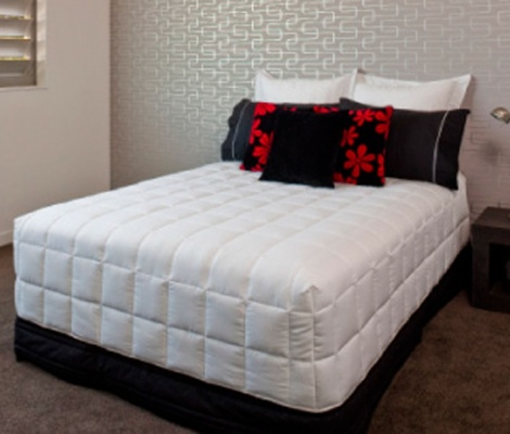 Red Crow Continental Box End Quilt Cali King White